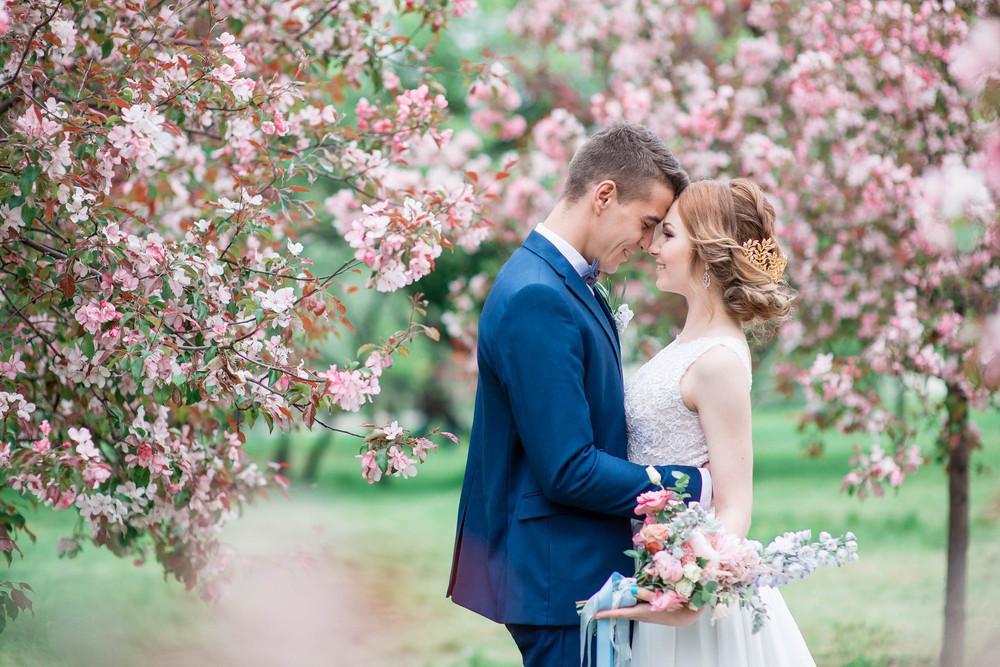 Свадебная фотосессия в яблоневом саду парка Коломенское