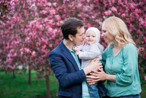 Семейная фотосессия в яблоневом саду