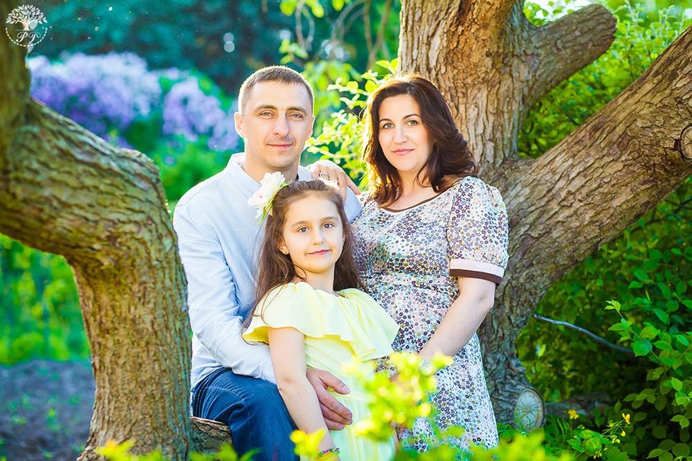 Семья с дочкой на природе