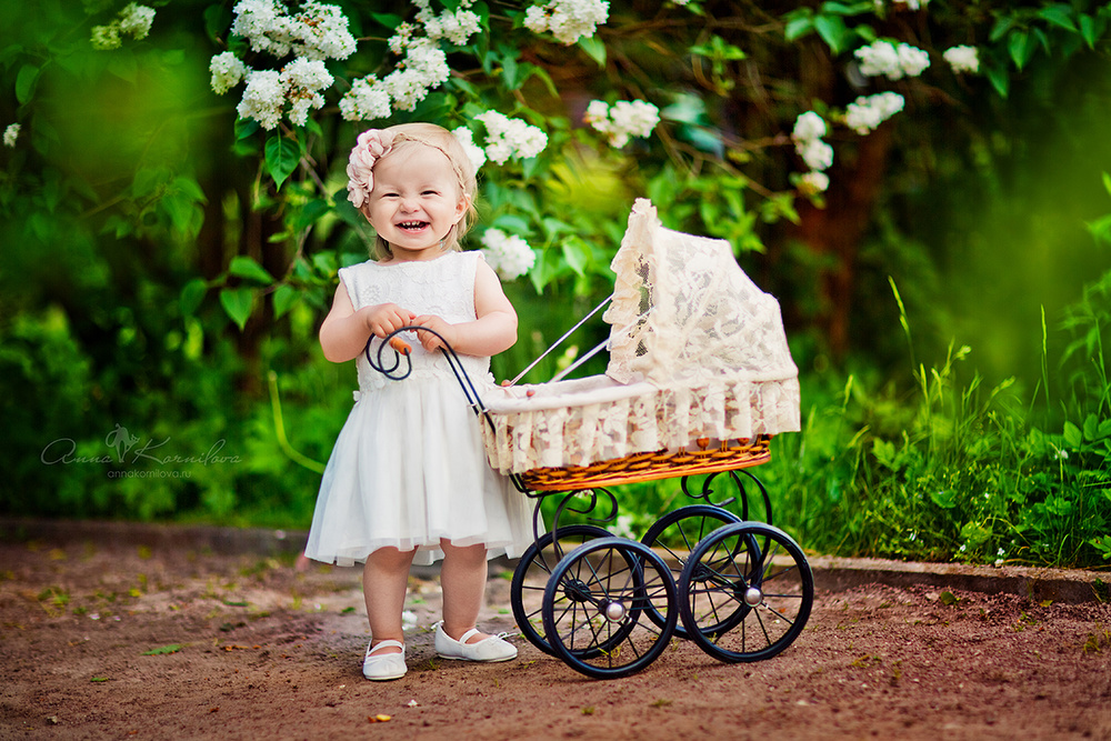 Анна Корнилова фотограф, детская фотосессия, девочка с коляской