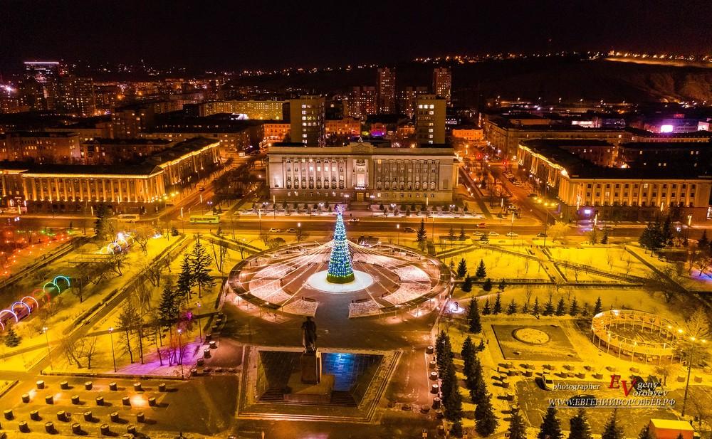 Новогодняя ёлка Красноярск 2021 иллюминация цент город с высоты Енисей Мира площадь  Россия