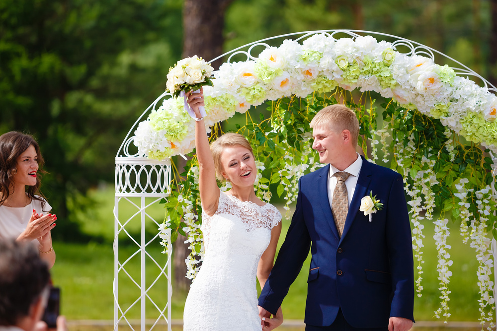 Стильная свадебная церемония под открытым небом