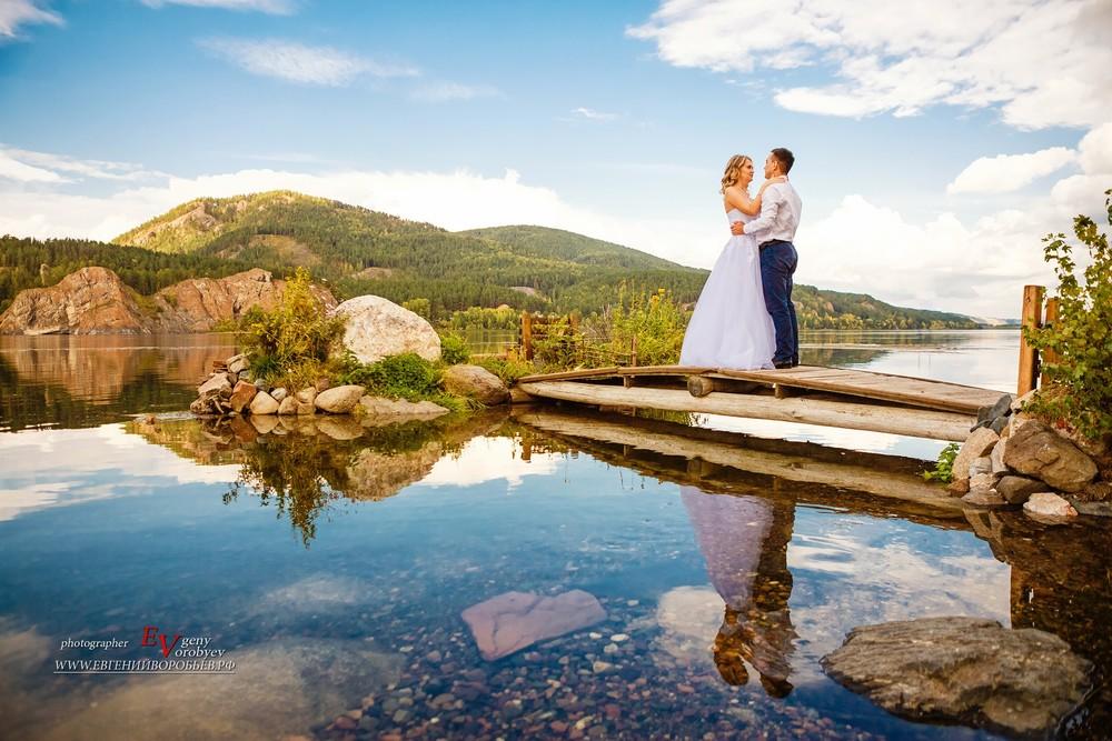 свадебное фото фотограф Красноярск красивое место Енисей идея платье невеста жених