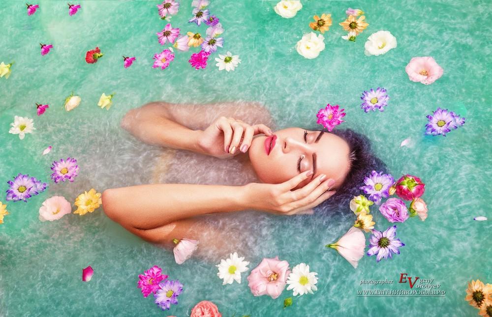 фотосессия фотограф в Красноярске в ванной шиммер мокрая модель девушка макияж