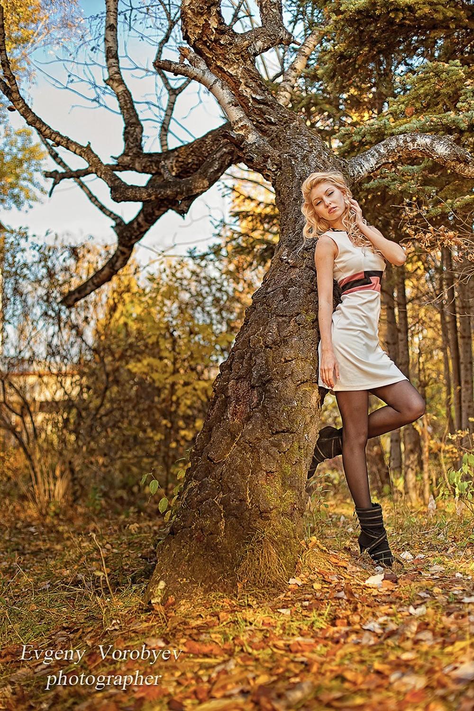 осенняя фотосессия фотограф Красноярск красивая девушка на природе лес парк идея место