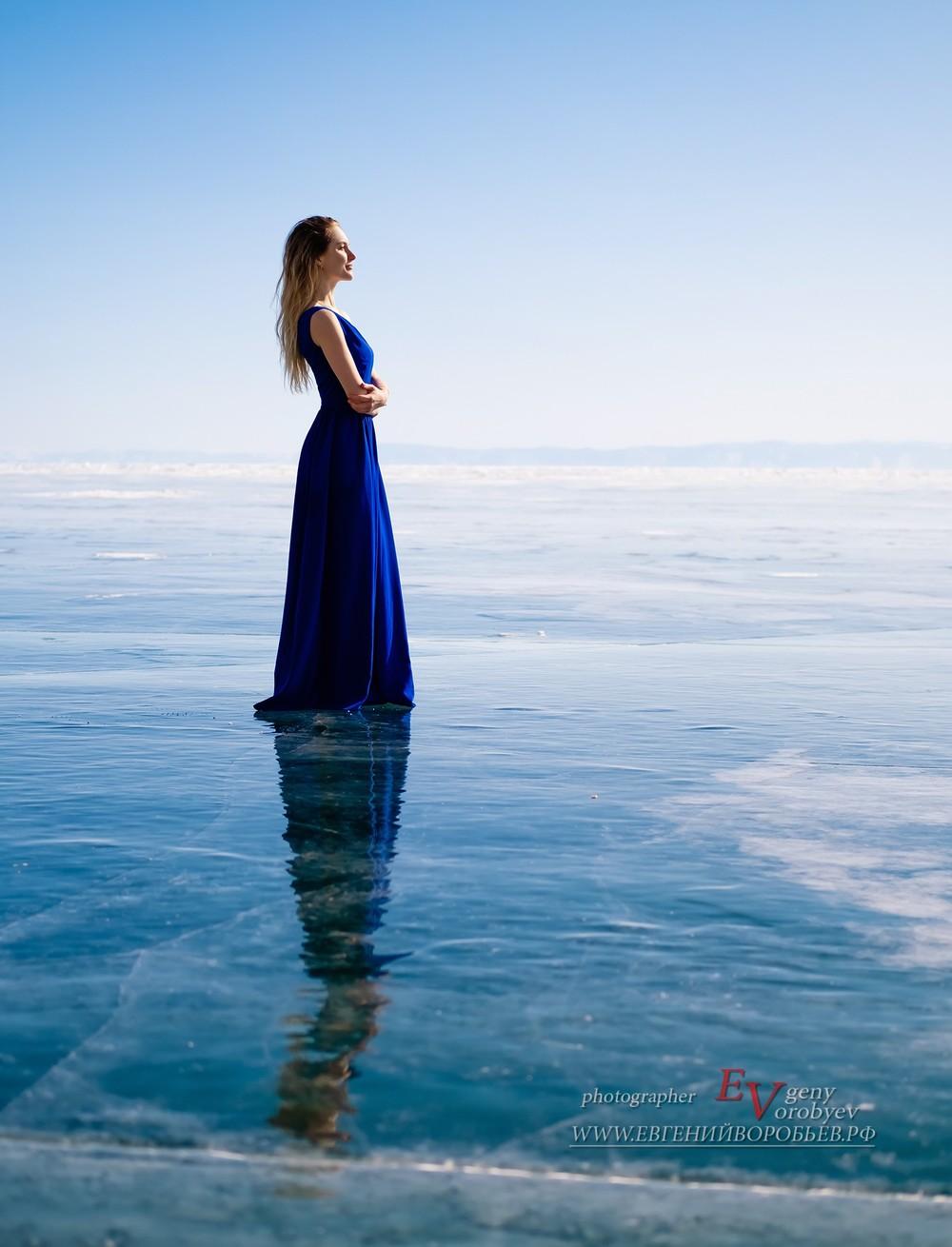 озеро Байкал фотограф фотосессия Красноярск  красивая платье лед