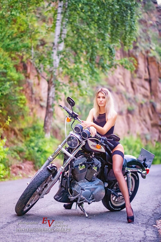 красивая девушка байк фотосессия фотограф Красноярск чулки сексуальная мотоцикл идея