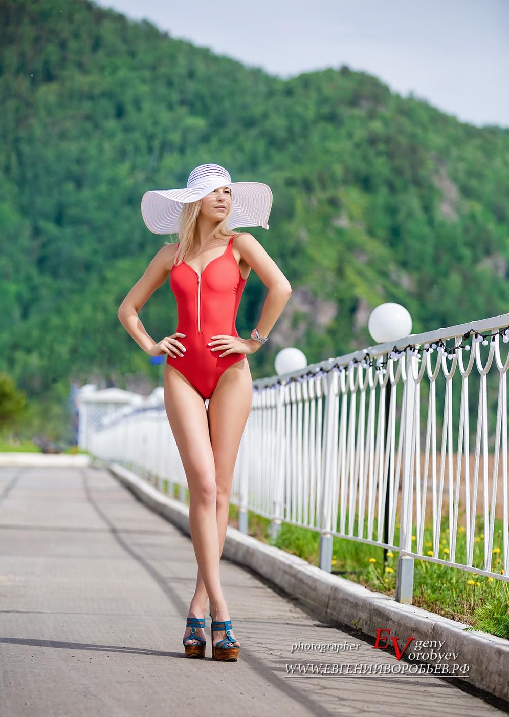 красивая девушка в купальнике фотограф фотосессия в Красноярске секси ноги попа грудь