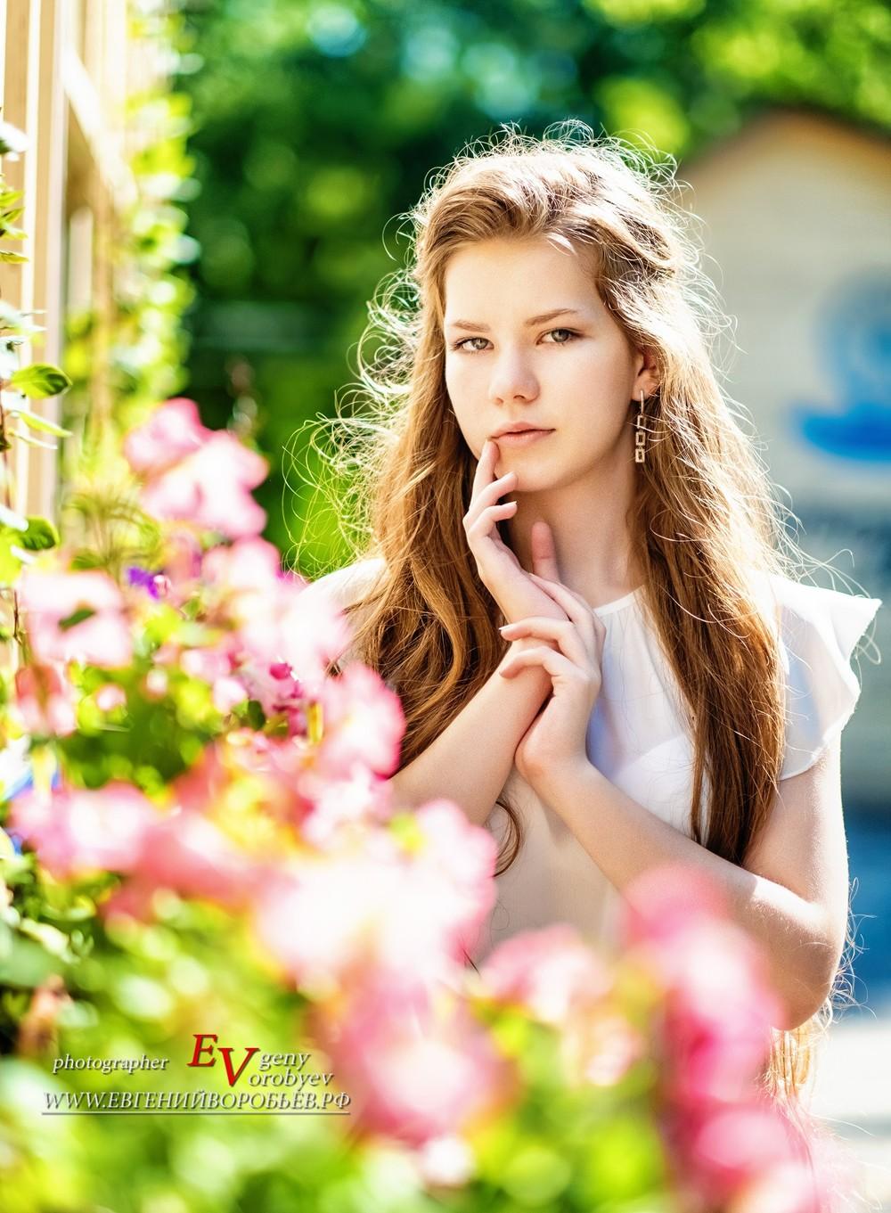 фотосессия фотограф Красноярск красивая девушка набережная Енисея Татышев цветы
