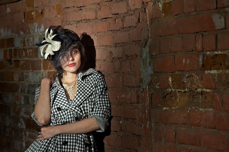 фотограф фотосессия Красноярск красивая девушка платье Енисей набережная идея место шляпа вуаль