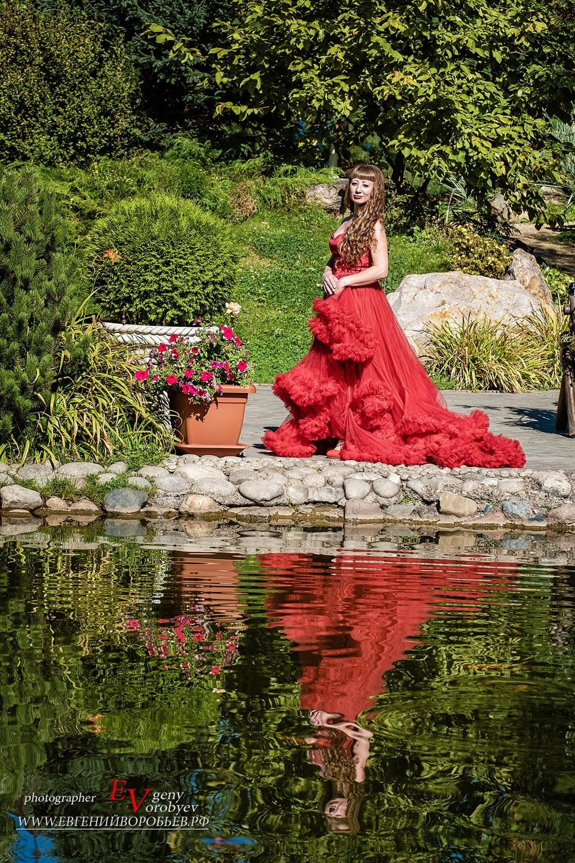 красивая девушка платье фотосессия фотограф в Красноярске парк Сады мечты  макияж стилист прическа