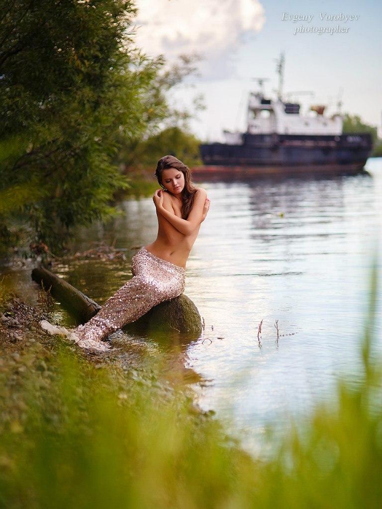 фото обнаженной девушки ню эротика голая грудь сексуальная красивая попа русалка река