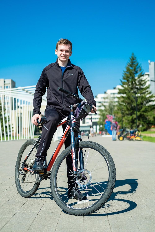 мужская фотосессиея фотограф Красноярск брутальный портрет спорт костюм велосипед татышев