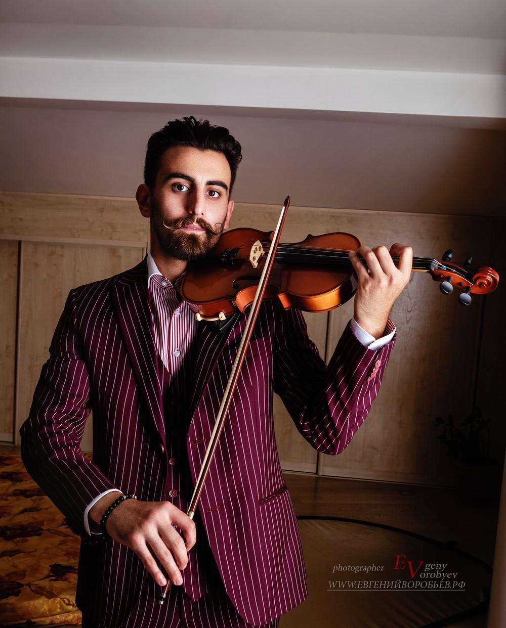 мужская брутальная фотосессия фотограф Красноярск портрет музыкант скрипач праздник