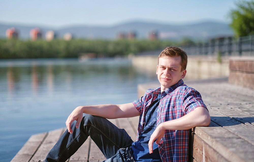 мужская фотосессиея фотограф Красноярск брутальный портрет костюм деловой набережная город