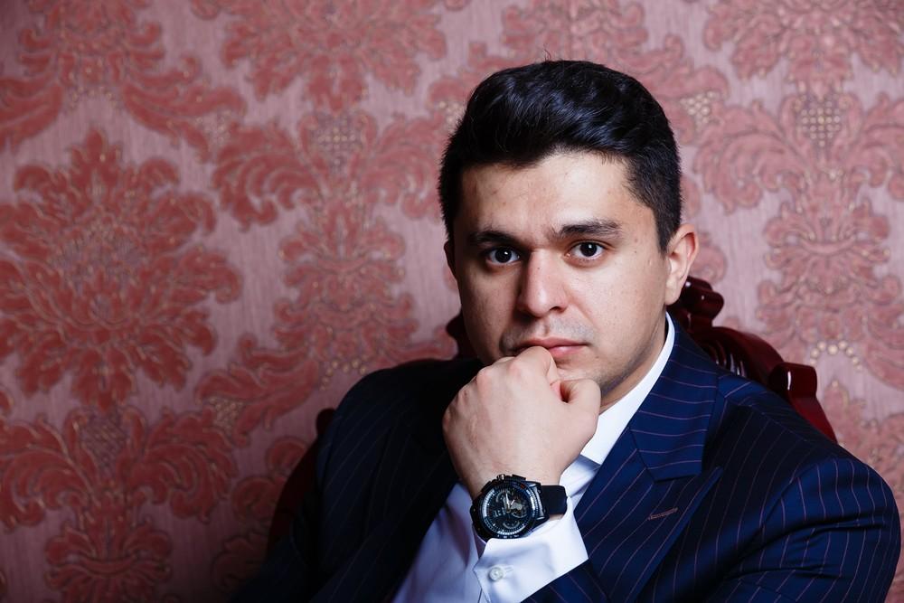 мужская фотосессиея фотограф Красноярск брутальный портрет костюм деловой набережная город кабинет