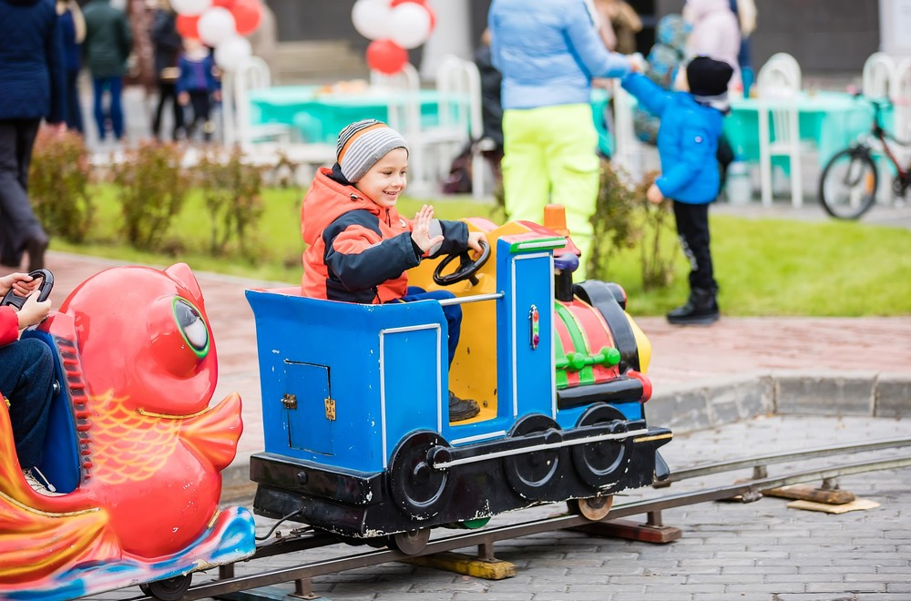 дети карусель атракционы праздник Красноярск удачный поселок коттеджи