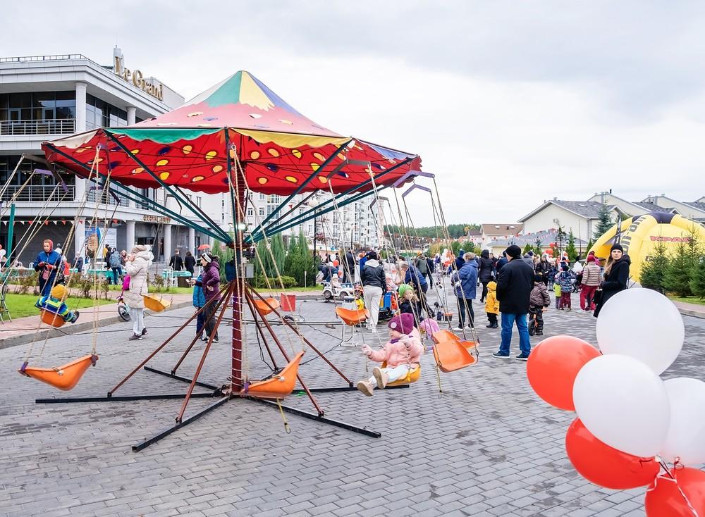 дети карусель праздник Красноярск удачный поселок коттеджи