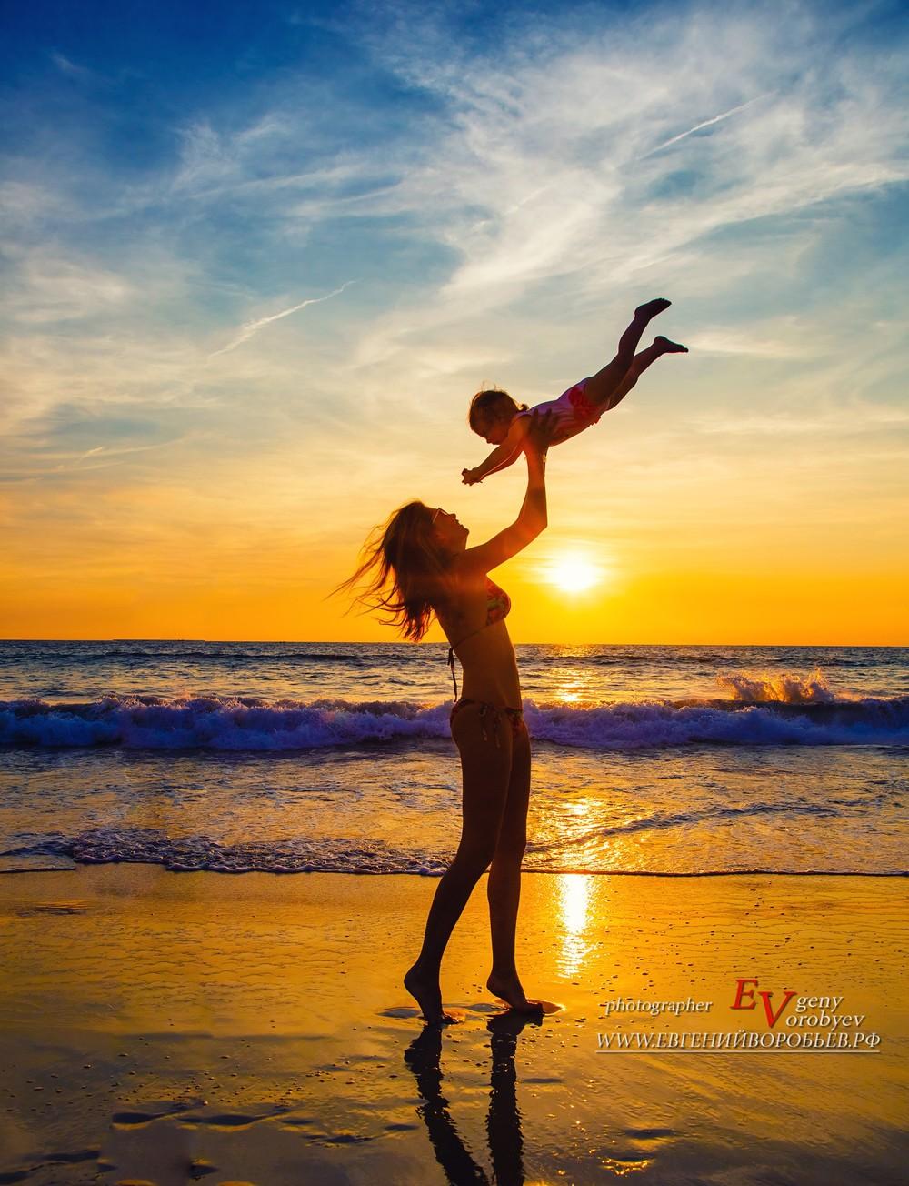 семейная детская фотосессия фотограф Пхукет Тайланд на пляже папа мама сын ребенок Phuket