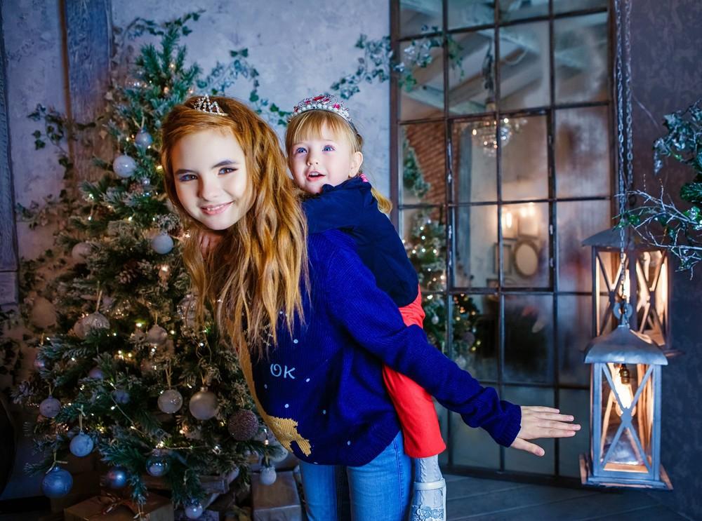 семейная детская новогодняя фотосессия фотограф Красноярск Новый год елка фотостудия веселая идея