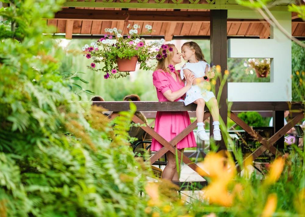 семейная детская фотосессия фотограф в Красноярске красивая парк сады мечты место кафе идея