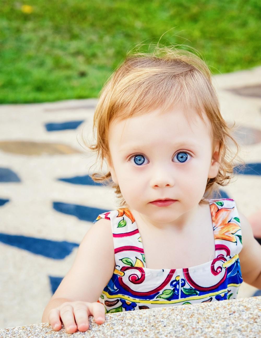 семейная детская фотосессия фотограф Красноярск девочка голубые глаза идея место не дорого