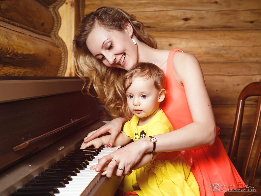 семейная детская фотосессия лучший фотограф Красноярск красиво не дорого выезд пианино ребенок