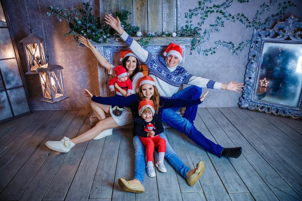 семейная детская новогодняя фотосессия фотограф Красноярск год елка фотосудия идея образ подарок