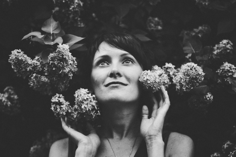 женская фотосессия в цветущих садах