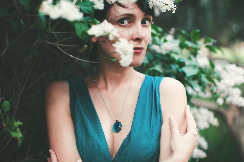 красивый женский портрет в цветах