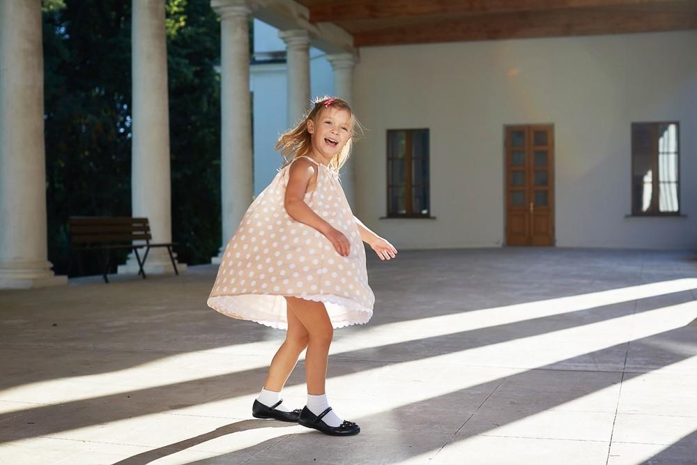 семейный фотограф, детская съемка, детская фотосессия, девочка кружится