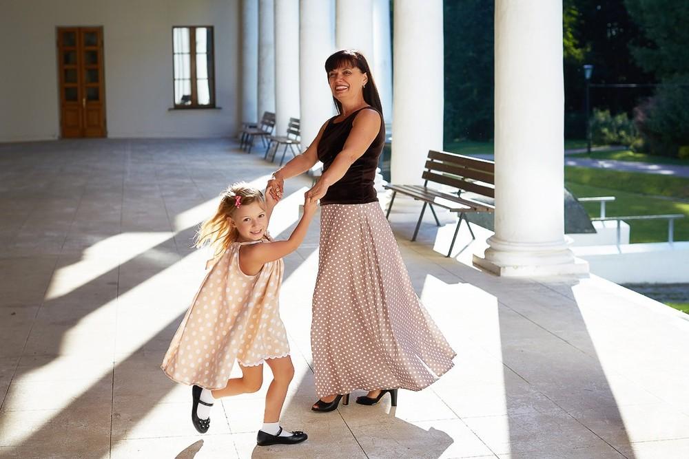 семейный фотограф, детская съемка, детская фотосессия, девочка кружится, веселый хоровод