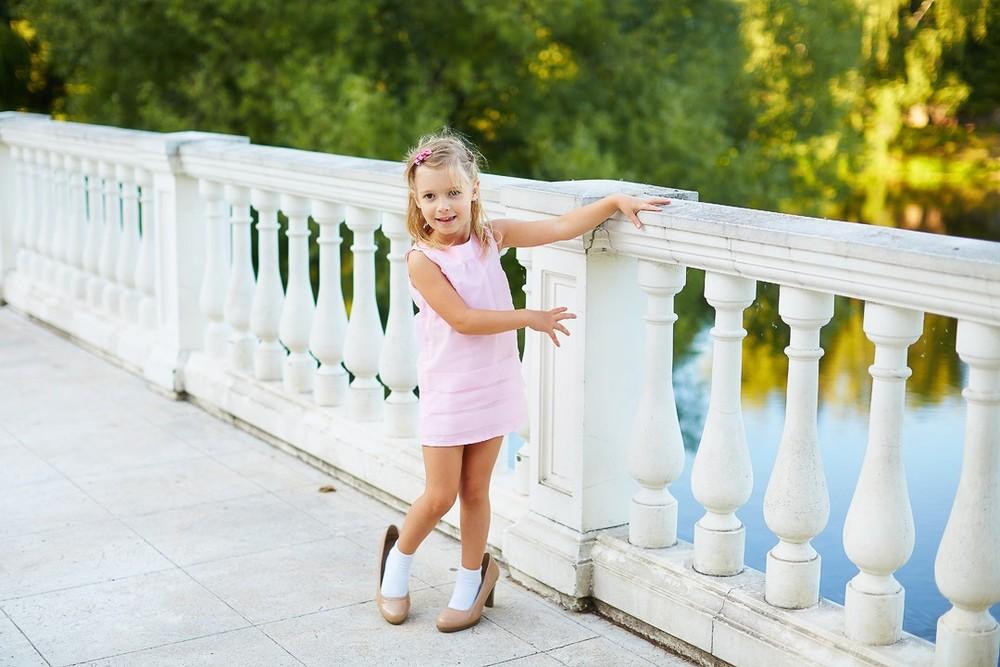 мамины туфли, в маминых туфлях, примерка обуви, детская съемка, фотосессия для девочки