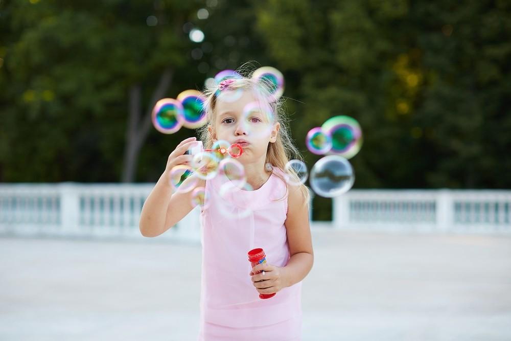 vыльные пузыри, ребенок и пузыри, девочка надувает мыльные пузыри