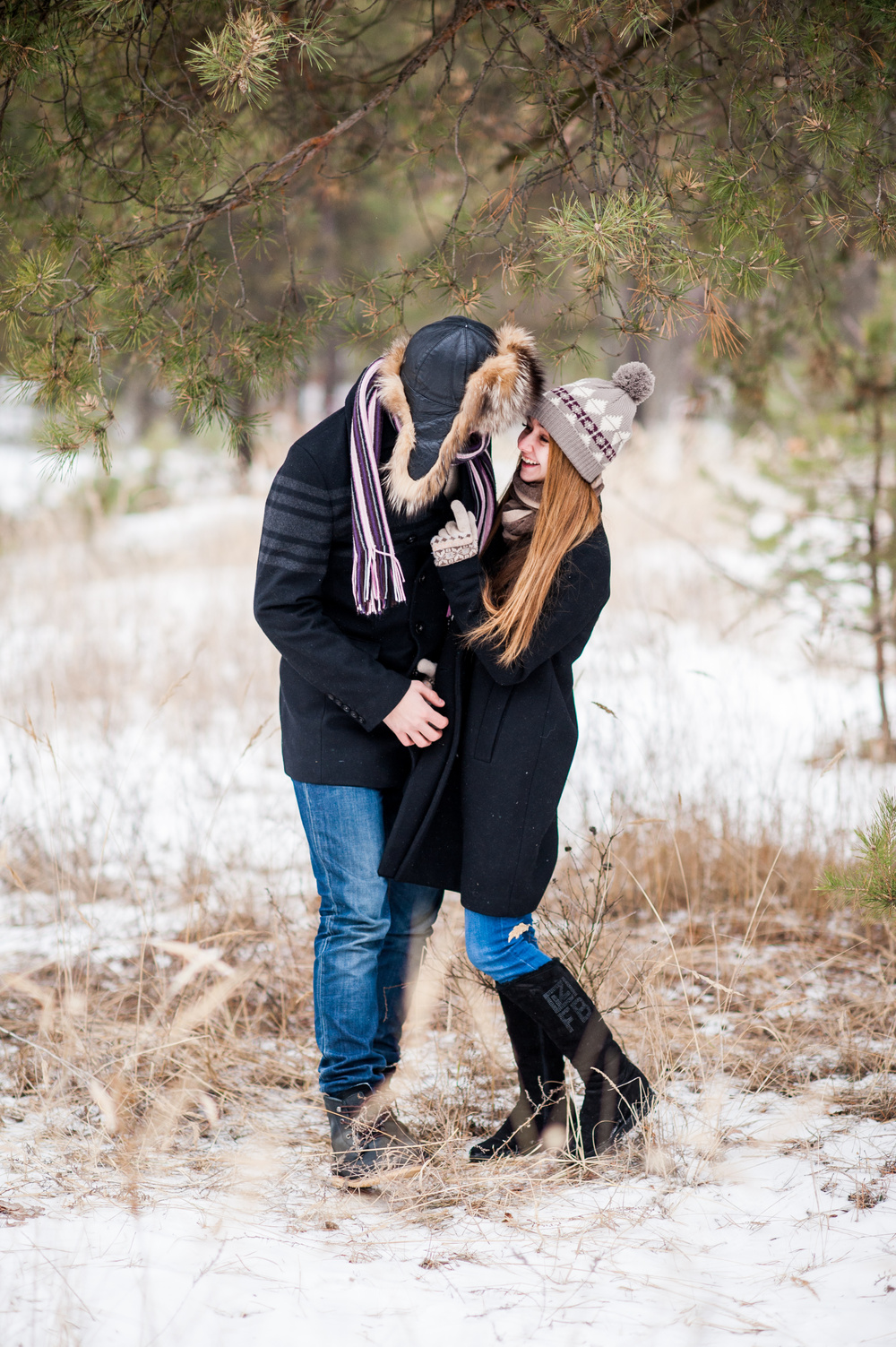 лес , костер, влюбленная пара