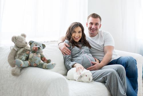 Фотосессия беремненности в фотостудии с кроликом