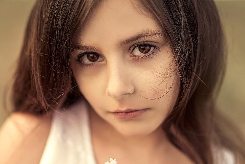 Детская фотосессия - Девочка с пионами