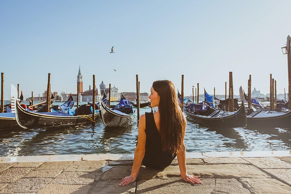 девушка в Венеции на набережной