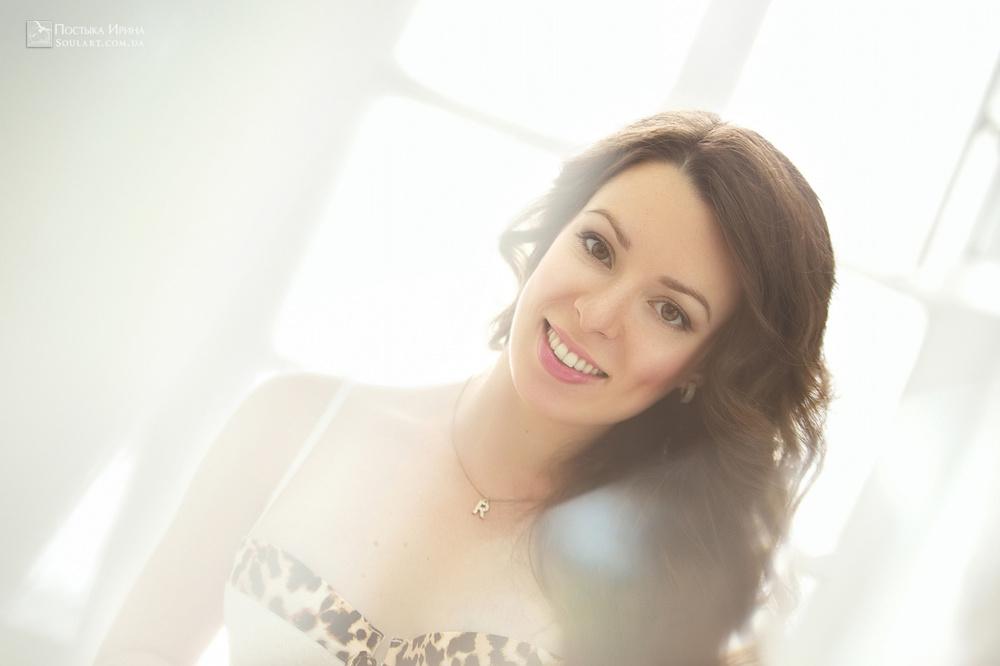 очаровательная улыбка беременной девушки