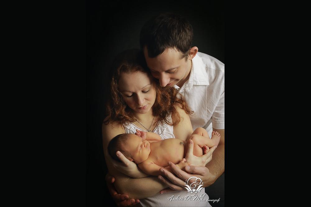 дочка на руках у родителей